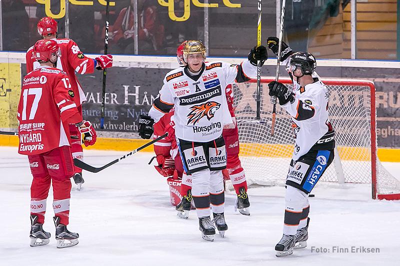 Anders og Jonas feirer scoringen i sudden.