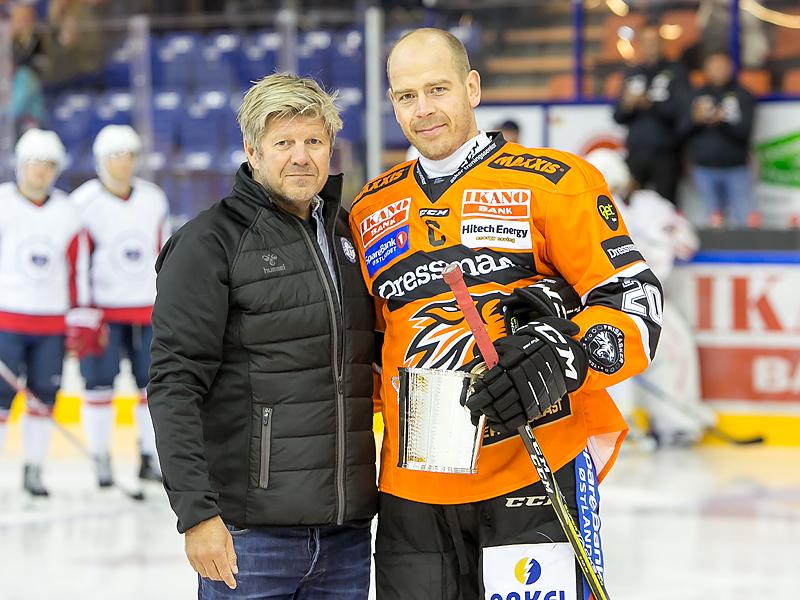 Anders Bastiansen fikk NIHFs hederstegn av Generalsekretær Ottar Eide.