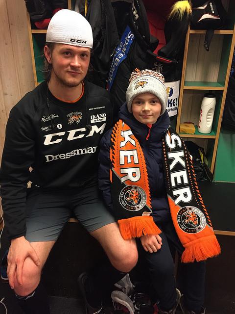 Tobias hadde tatt turen helt fra Bergen, og fikk møte noen av sine helter etter kampen. Her sammen med Magnus Geheb.
