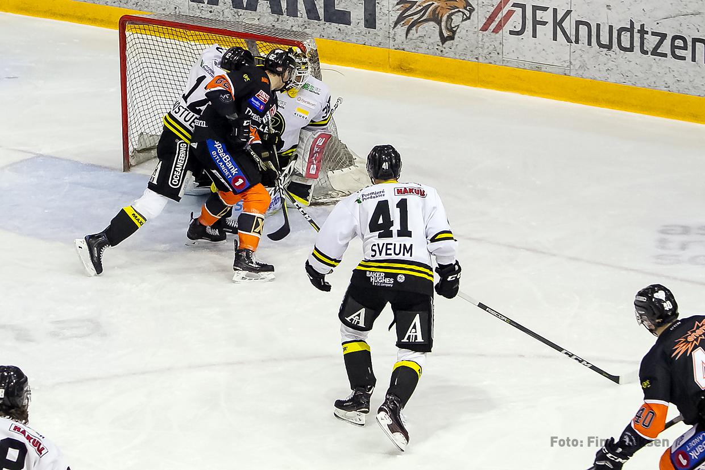 Fredrik Lystad Jacobsen finner åpningen bak Henrik Holm