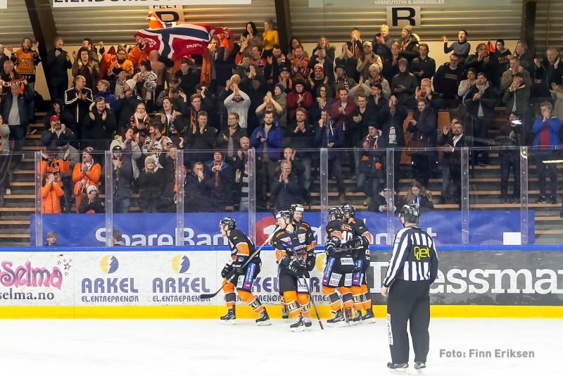 Mikkel feirer 4-0 foran hjemmefansen