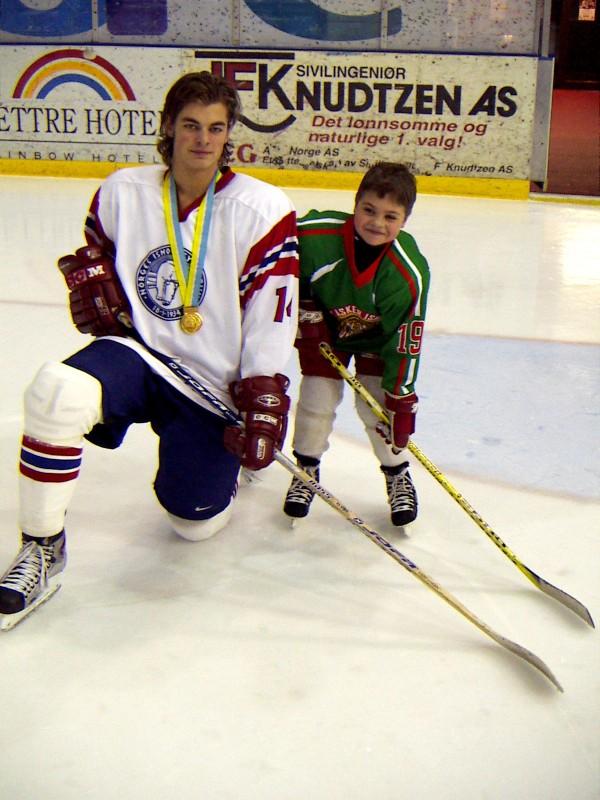 Petter med gullmedaljen fra U20 VM. Her sammen med lillebror, Espen.