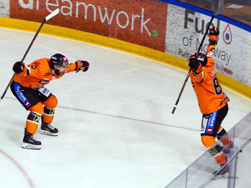 En svært lettet Petter Kristiansen jubler sammen med Kyle Bonis! Foto: Finn Eriksen