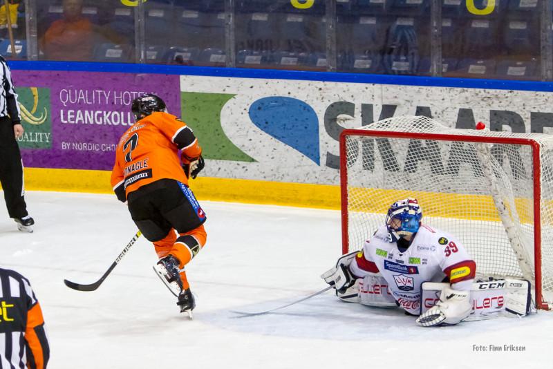 Backen McMonagle gjør ingen feil på straffeslaget. FOTO: Finn Eriksen