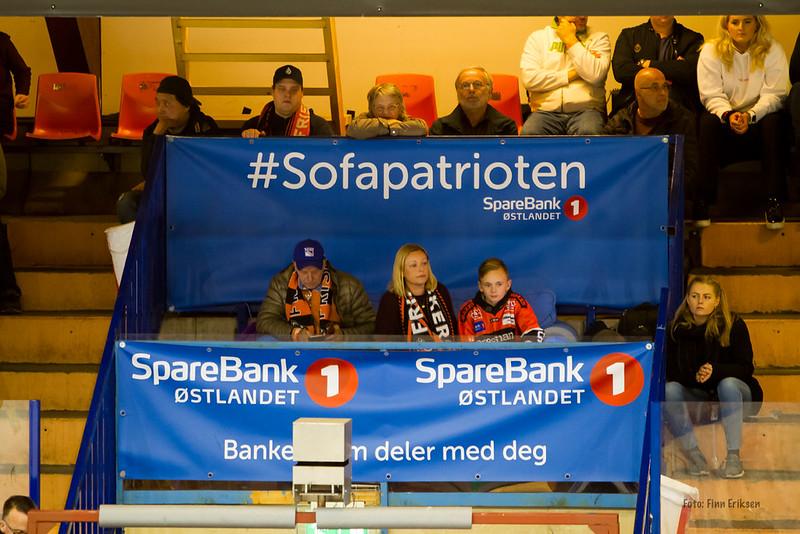 Tobias og mamma Janet i SpareBank 1 Østlandets blå sofa. Foto: Finn Eriksen