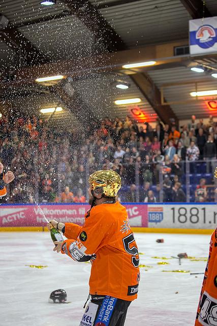 Endre Medby lar champagnen flomme etter at Norgesmesterskapet var et faktum. Foto: Henning Ekeli