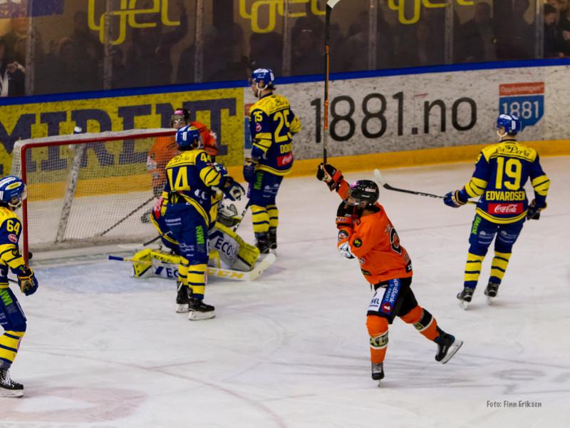 Petter Kristiansen reduserer til 1-2. Foto: Finn Eriksen