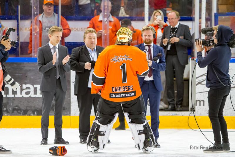 Nicklas Dahlberg får prisen for den mest verdifulle spilleren i årets sluttspill. Foto: Finn Eriksen