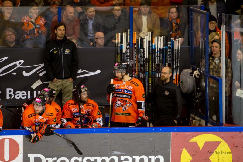 Henrik Ødegaard ble stående i spillerboksen hele kampen. Foto: Finn Eriksen