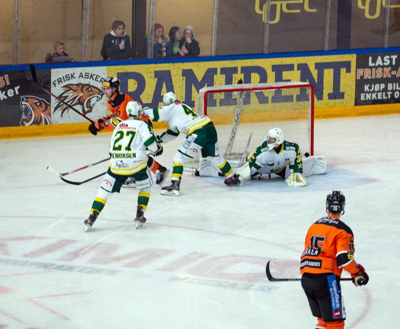 Fredrik Lystad Jacobsen scorer sitt andre mål for sesongen. Foto: Henning Ekeli