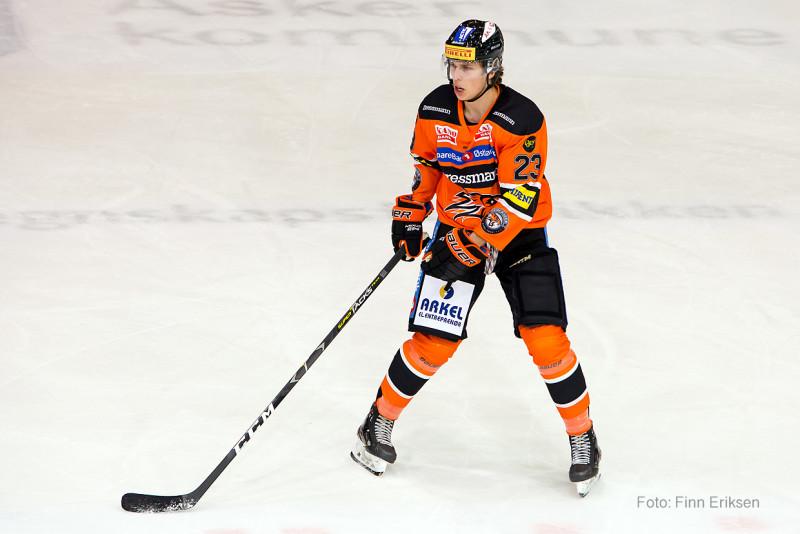 Joakim Opsahl fikk noen bytt i tredje periode, og kunne notere seg for sitt første GET-liga poeng etter assist på Erik Beier Jensens mål. Foto: Finn Eriksen