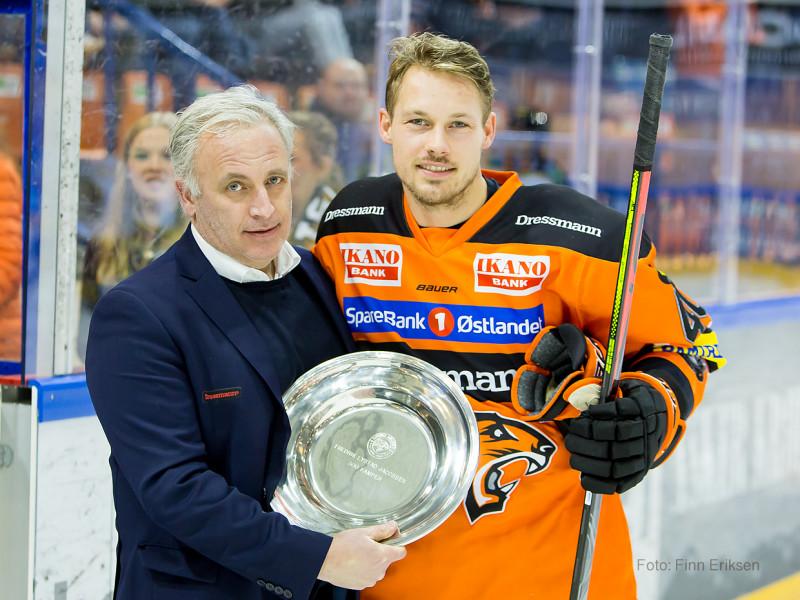 Fredrik Lystad Jacobsen fikk fat for 300 kamper i Frisk Asker drakten. Foto: Finn Eriksen