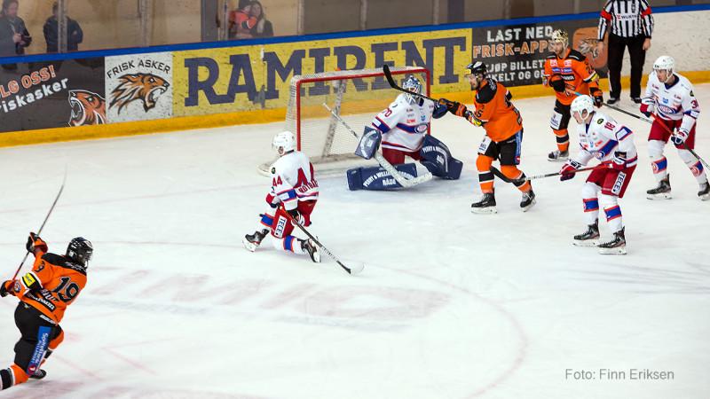 Alex Lavoie banker inn sitt åttende mål for sesongen. Foto: Finn Eriksen