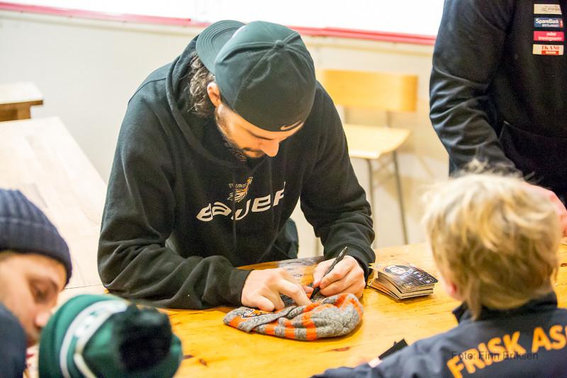 Alex signerte autografer etter kampslutt. Foto: Finn Eriksen
