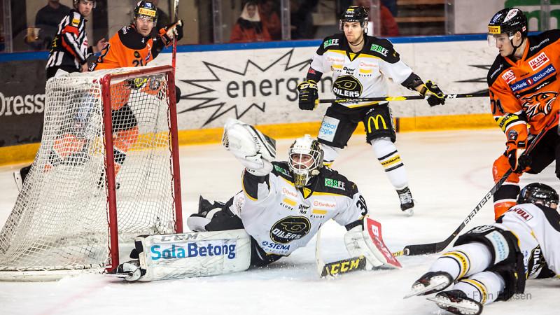 Henrik Holm med en kjemperedning på skuddet fra Alex Lavoie