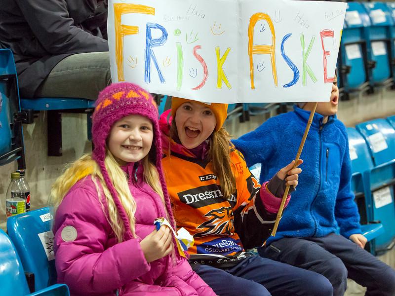Bra støtte fra de unge på tribunen. Foto: Finn Eriksen