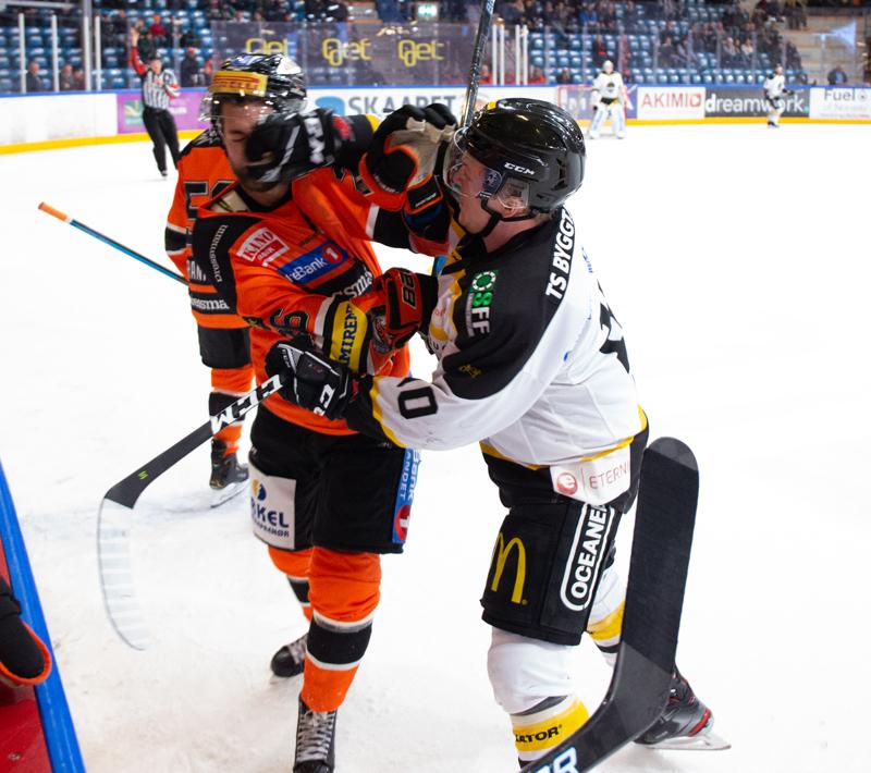 Petter Kristiansen lar seg ikke be to ganger når oljegutta byr opp til dans. Foto: Henning Ekeli