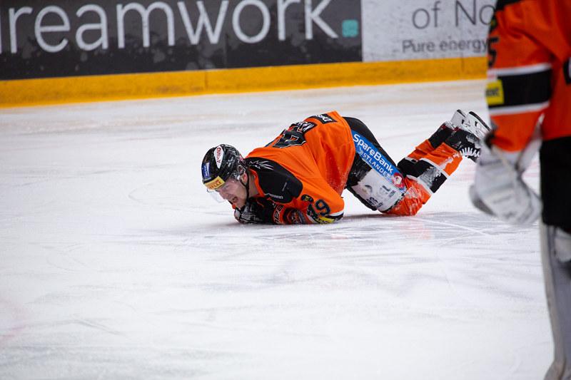 Christian Kåsastul måtte forlate isen med skade allerede etter fire minutters spill. Foto: Henning Ekeli